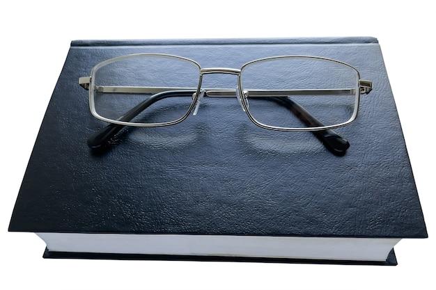 Черная книга и очки на белой поверхности, изолировать. Premium Фотографии