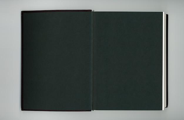 빈 페이지가 있는 검은 책