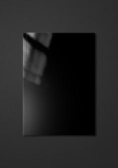 Черная обложка буклета изолирована на темно-сером