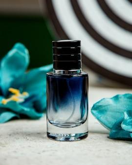 Bottiglia nera di profumo sul tavolo
