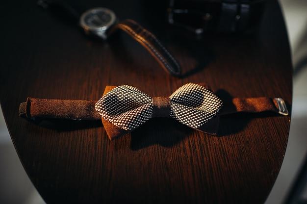 밝은 배경과 시계에 검은 나비 넥타이
