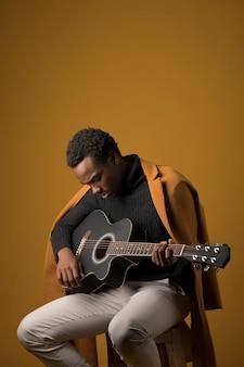 흑인 소년 기타 연주