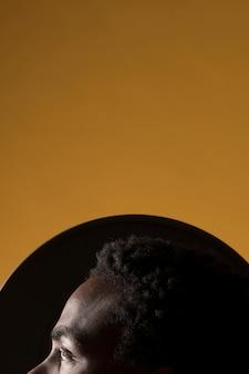 Черный мальчик позирует