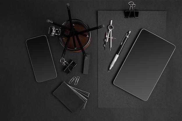 タブレットとスマートを備えたブラックブランディングモックアップ