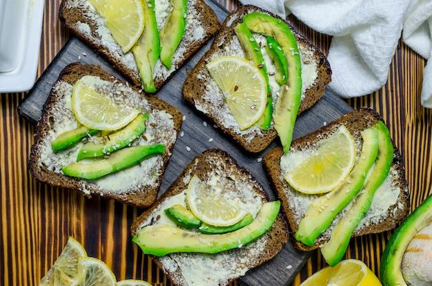 アボカドとレモンの黒パンダイエットサンドイッチ