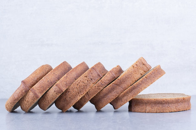 대리석 표면에 늘어선 검은 빵 조각