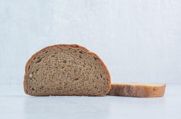 파란색 배경에 검은 빵 조각. 고품질 사진