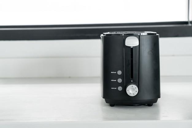 Тостер для черного хлеба на прилавке на кухне