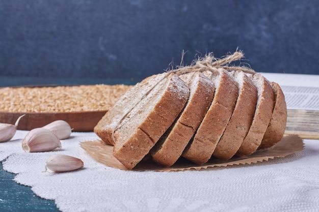 Pane nero con aglio sulla tavola blu.