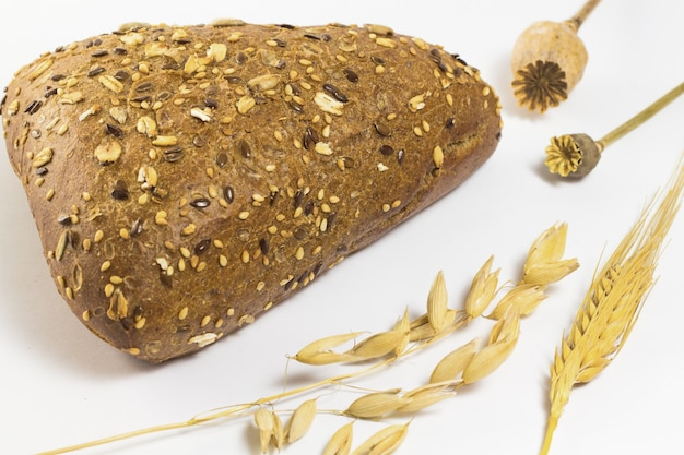 ごまとひまわりの種の黒パン。大麦とオート麦を小枝します。 2つのポピー