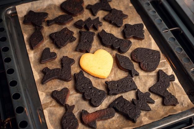 중간에 흰색 쿠키 하나가있는 블랙 구운 베이커리 프리미엄 사진