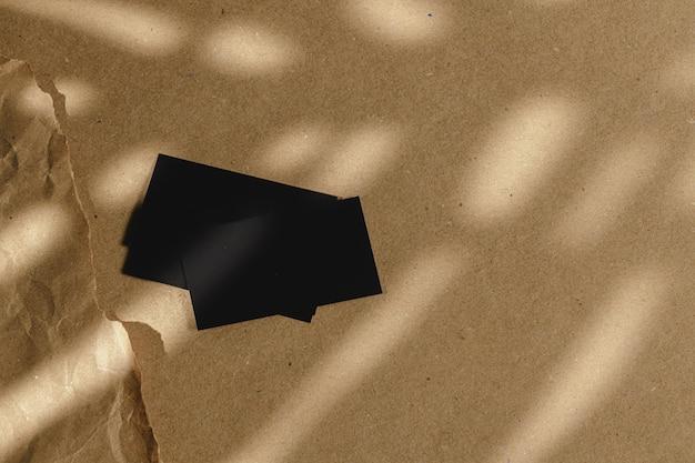コルクボードテーブルに黒の名刺