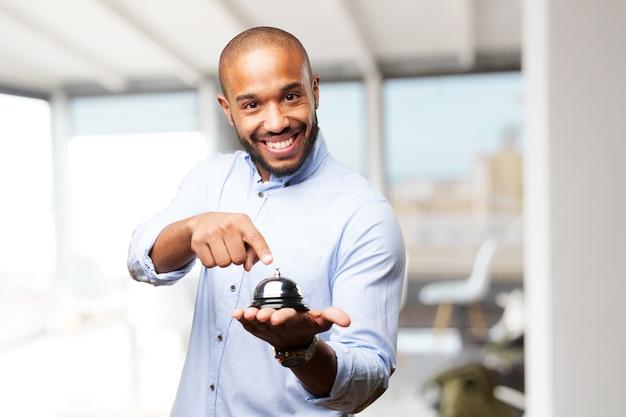 Черный бизнесмен счастливым выражением