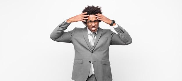 黒人のビジネスマンは、欲求不満とイライラ、失敗にうんざりしていて、退屈で退屈な仕事にうんざりしていると感じています