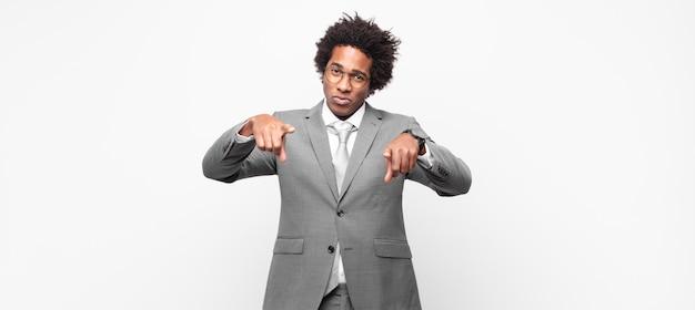 흑인 사업가 손가락과 화난 표정으로 카메라를 앞으로 가리키며 의무를 다하라고 말합니다.