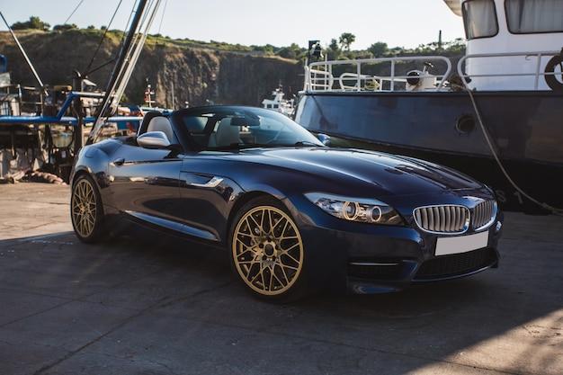 Cabriolet nero parcheggiato al porto.