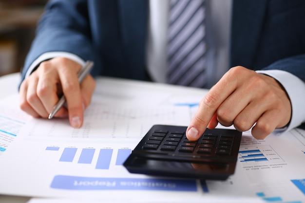 インフォグラフィックの黒い計算機と財務統計