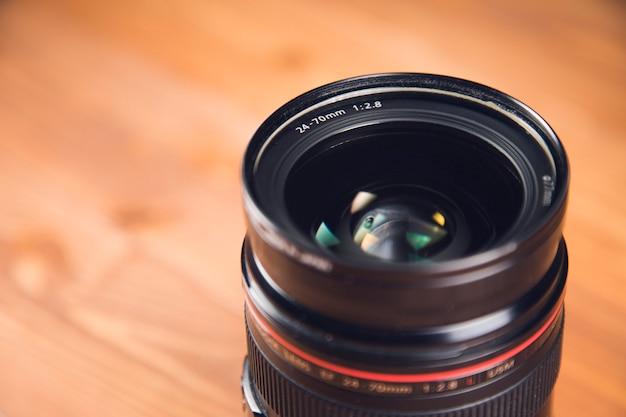 Черная камера и объектив на столе