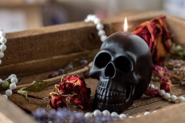 Черная свеча череп на столе ведьмы оккультное гадание и концепция викки хэллоуин день мертвых