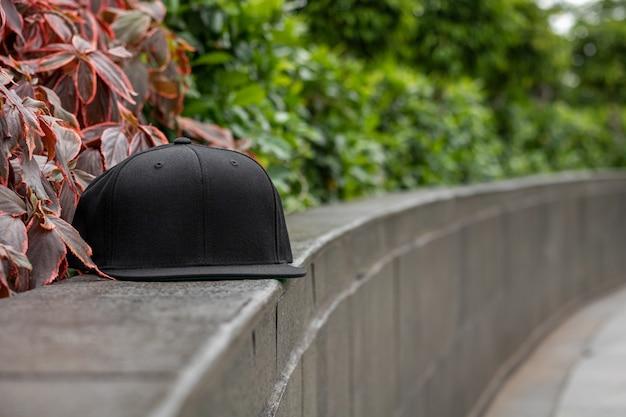 Плоский козырек черной кепки на открытом воздухе