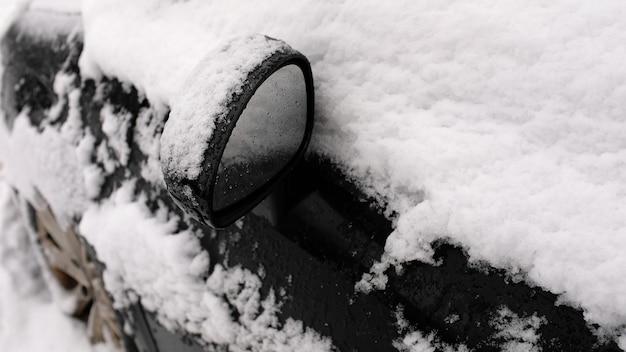 駐車場の雪の中で黒い車。