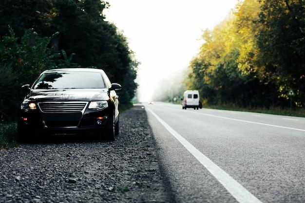 아스팔트 도로에 검은 차
