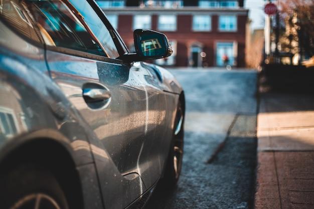 Черный автомобиль на дороге в дневное время