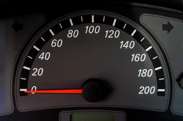 黒い車のスピードメーター。スピードスケール