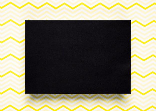 パターンの背景を持つ黒い段ボール