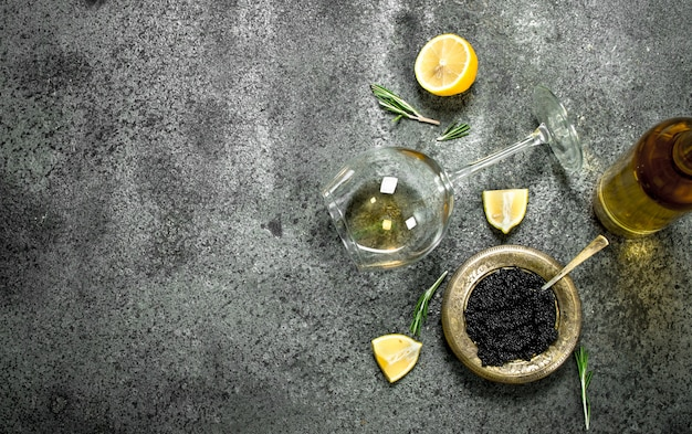 화이트 와인과 레몬을 곁들인 블랙 캐비어.