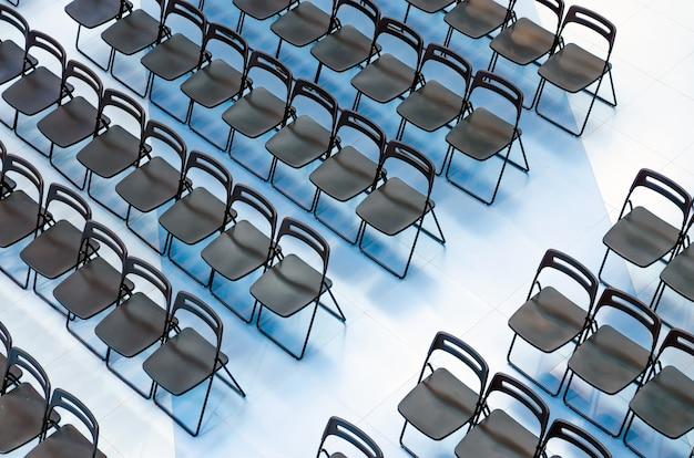 청중, 평면도에 검은 의자 세트.