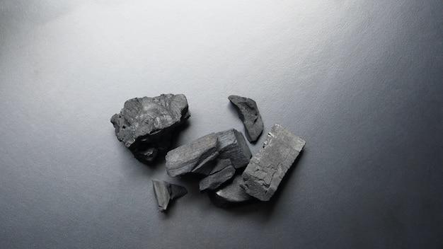 黒いテーブルに黒い炭