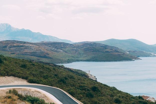 Черные обугленные холмы после лесного пожара на побережье в черногории