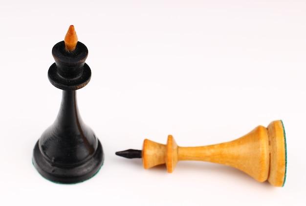 Черный шахматный король и белый король уничтожены