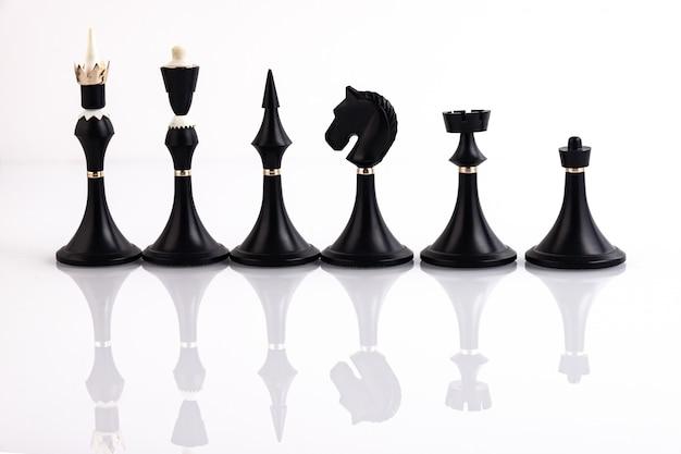 反射面に黒いチェスの駒