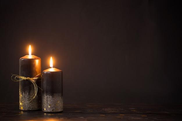 暗い背景に黒いクリスマスキャンドル
