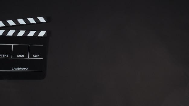 블랙 클래퍼보드(black clapperboard) 또는 박수 보드(clap board) 또는 영화 슬레이트는 비디오 제작, 영화, 영화 산업에서 검정색 배경에 사용됩니다.