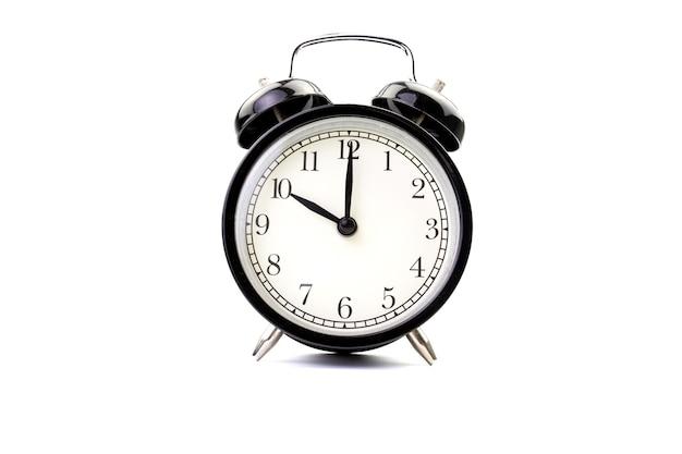 分離された白い背景の上の黒い古典的な目覚まし時計