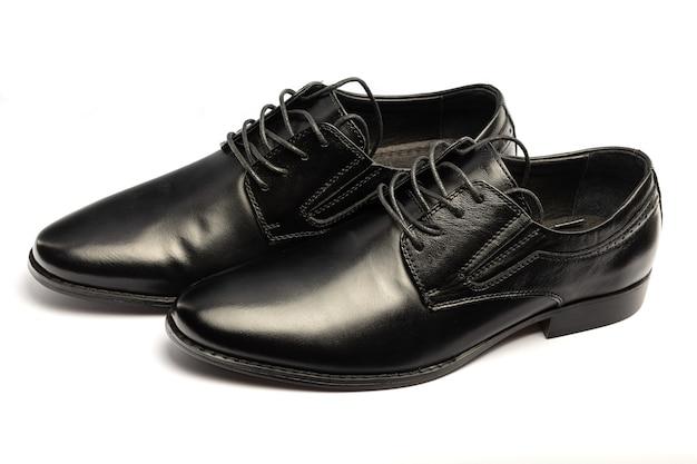 黒のクラシックバッグ。白い背景の上の革の靴は分離します