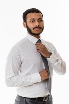 사무실 비즈니스 관리자의 검은 점원은 넥타이를 곧게 만듭니다.