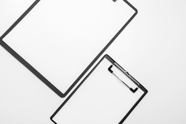 빈 흰색 시트와 함께 검은 클립 보드 화이트에 연결