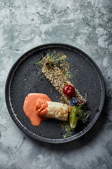 トマトソースとそばのポップコーンを添えた黒鱈ステーキ、プレートの上面図