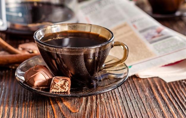 テーブルの上のブラックコーヒーとチョコレート