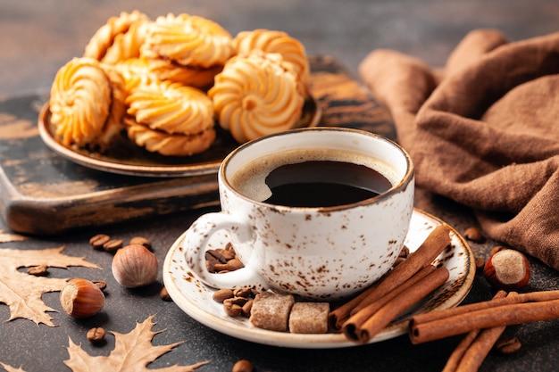 Черный кофе и печенье на столе. осенний фон