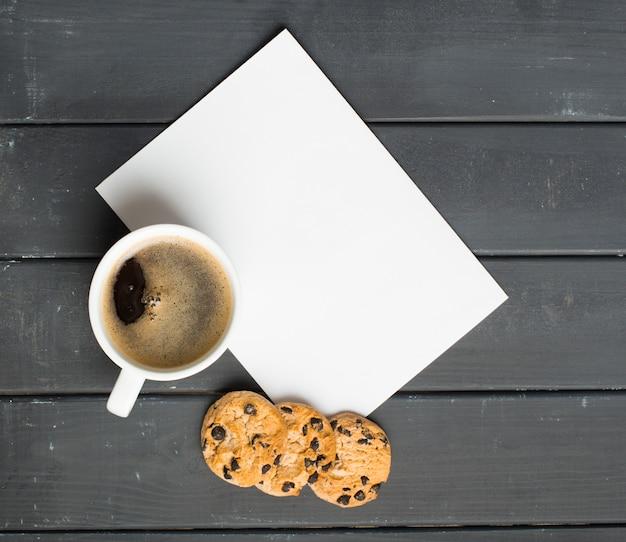 Черный кофе и пирожные