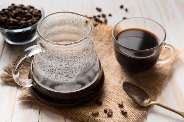 布の上のブラックコーヒーの配置