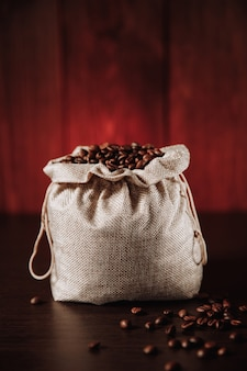 Черные кофейные зерна в сумке.