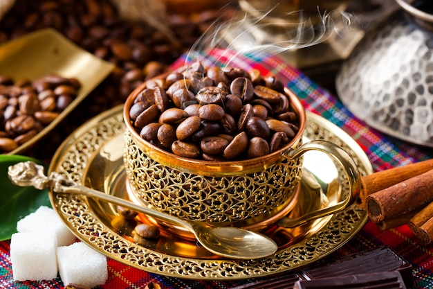 古い背景のブラックコーヒー豆
