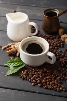 黒の背景に黒のコーヒー豆