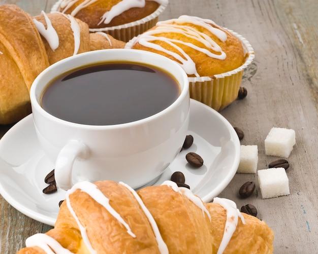 ブラックコーヒー、クロワッサン、マフィン